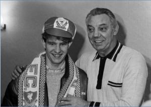 Sene 1985. Wayne Harrison imzadan sonra Liverpool teknik direktörü Joe Fagan'la birlikte...