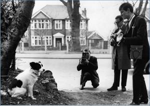 1966 Dünya Kupasını bulan Pickles gazetecilere poz verirken...